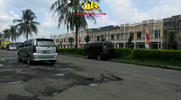 Jalan utama Perumahan Dukuh Zamruh yang hancur menuju Jalan Raya Mustika Jaya - Tambun.[ZAI]
