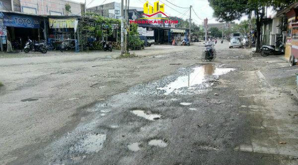 Jalan utama Perumahan Dukuh Zamruh yang hancur menuju Jalan Raya Asem Jaya - Padurenan.[ZAI]