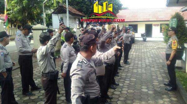 Kapolsek Setu AKP Agus Rohmat saat memimpin apel kelengkapan personel yaang membantu pengamanan Pilkada DKI Jakarta.[MIN]