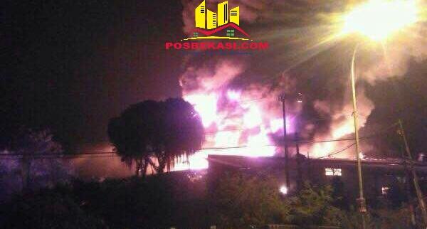 Dua gudang di Cikarang Timur ludes terbakar pada Kamis 20 April 2017 dinihari tadi.[HSB]