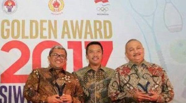 Penerima Golden Award 2017 Gubernur Jawa Barat Ahmad Heryawan (kiri), Menpora Imam Nahrawi (tengah) dan Gubernur Sumatra Selatan Alex Noerdin.[IST]