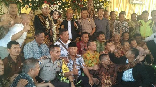 Reuni Angkatan Pusdik Brimob Watu Kosek Tahun 1983 sekaligus menghadiri pernikahan putri Aiptu Kardi, di Tambun, Senin 24 April 2017.[YAN]