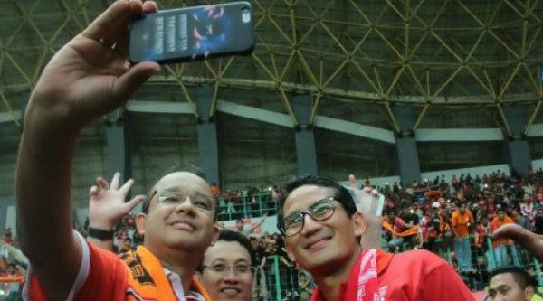 Anies-Sandi saat menyaksikan laga Persija vs Barito Putera pada laga Liga 1 Musim 2017, di Stadion Patriot Chandrabaga Kota Bekasi, Sabtu 22 April 2017.[IST]