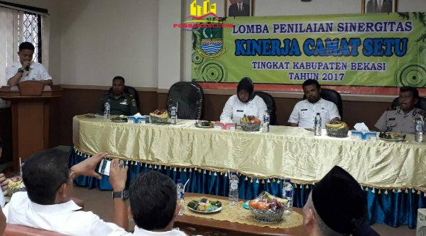 Camat Setu, Adeng Hudaya, menyampaikan apresiasi pada Lomba Penilaian Sinergitas Kinerja Camat Setu, Rabu 26 April 2017.[MIN]
