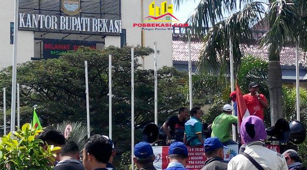Aksi demo buruh di Kantor Bupati Bekasi.[DOK]