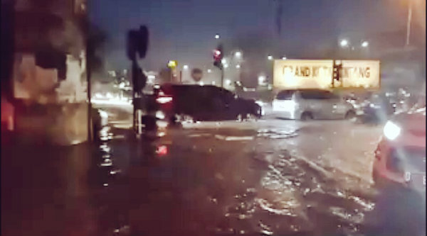 Pukul 19:33 Banjir 30-40 cm di depan McD Kota Bintang Bekasi dan berimbas lalulintas tersendat.[IST]