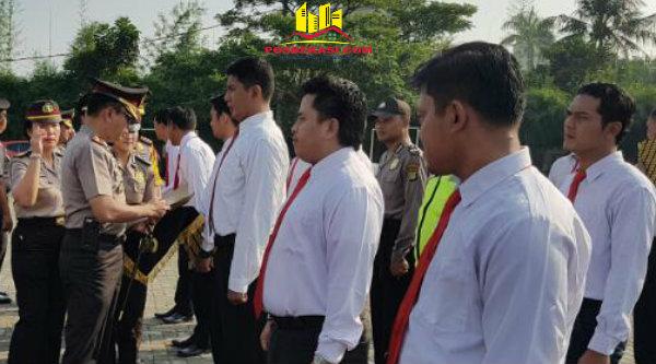 Kapolres Metro Bekasi Kombes Pol Asep Adisaputra memberikan penghargaan tim Reskrim pimpina Kanit Reskrim Polsek Setu Iptu Indon Sitorus yang berhasil mengungkap pembunuhan kayawati.[SOF]