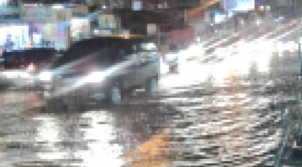 Pukul 19:39 Imbas banjir, Jalan Jatiwaringin Raya arah ke Pondok Gede Bekasi, lalulintas padat.[IST]