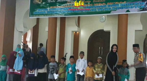 Kapolrestro Bekasi Kombes Asep Adisaputra dan Ketua Bhayangkari memberi tali asih pada 40 anak yatim pada acara memperingati Isra Mi'raj Nabi Muhammad SAW di Masjid Jami' Daarul Amanah Mapolrestro Bekasi, Kamis 27 April 2017.[HSB]
