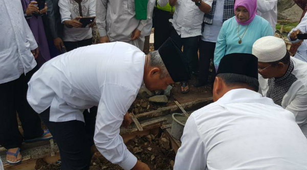 Walikota Bekasi, Rahmat Effendi,pada peletakan batu pertama pembangunan Masjid Nurul Hikmah, Jumat 7 April 2017.[ISH]