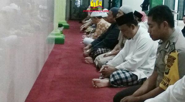 Bhabinkamtibmas Polsek Setu Bripka Nursalim saat suling di Mesjid Jami As Salamah, Kampung Serang, Jumat 7 April 2017.[MIN]