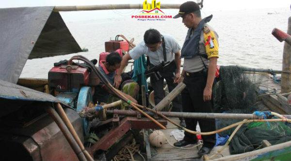 Kapolsek Muara Gembong, AKP Sigit Sudarmono bersama anggota patroli air melakukan pengeledahan pada kapal nelayan yng berada di tengah laut untuk mencari barang-barang dari kedua kapal yang tabrakan di perairan Pulau Damar, Jumat 7 April 2017.[YAN]
