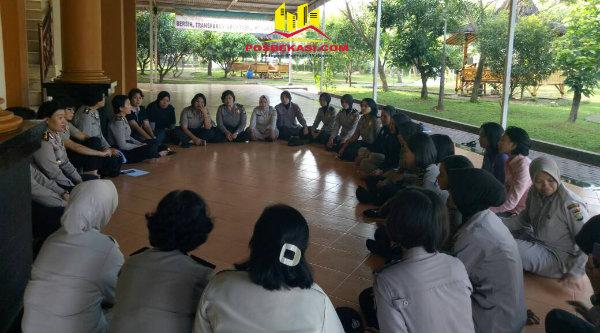 Kabag Sumda Polrestro Bekasi, AKBP Yayuk Suwita Ningsih, saat memimpin rapat bagi Polwan dan PNS wanita mesemarakan Hari Kartini.[YAN]