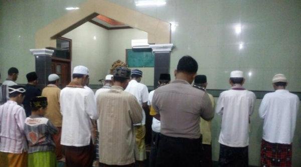 Bhabin Kamtibmas Desa Mukti Jaya, Bripka Cartawan, suling di Masjid Al Hidayah, Kampung Cilandak.[RIK]