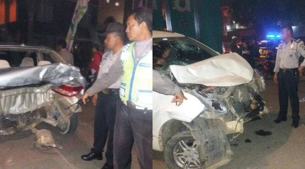 Kedua mobil megalami riksek setelah tabrakan di Tambun, dinihari tadi.[MET]