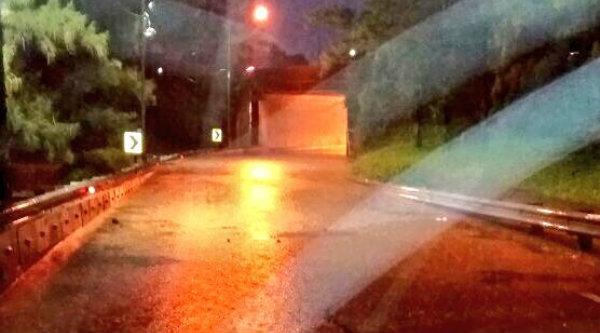 Pukul 18:38 Banjir 30-50 cm di Underpass Tol Cikunir (arah ke Jati Asih), sementara tidak bisa dilintasi semua jenis ranmor.[IST]
