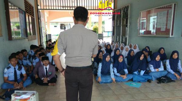 Binmaspol Desa Tamanrahayu Bripka Nursalim meberikan pesan Kamtibmas pada pelajar di hari terakhir UN.[ZEN]