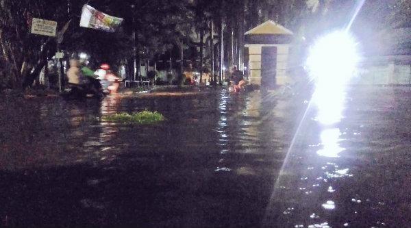 Pukul 18:58 Banjir 20-30 cm di depan Perum Villa Pekayon Jalan Ketapang Raya, agar hati-hati bila sedang melintas.[IST]