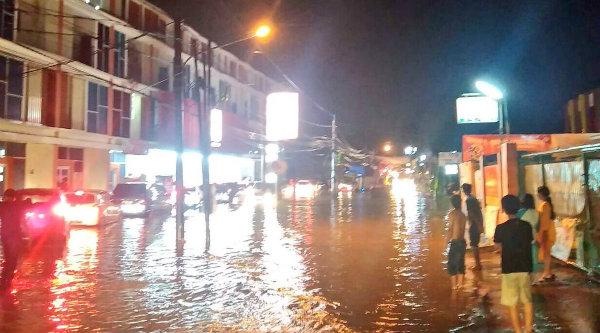 Pukul 19:01 Banjir di Jalan Parpostel arah ke Villa Nusa Indah Bekasi, agar hati-hati bila sedang melintas.[IST]
