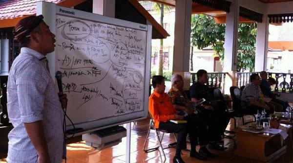 Walikota Bekasi Rahmat Effendi Walikota saat menerima audensi Forum Rukun Warga (RW) dan Rukun Tetangga (RT) se Kota Bekasi, di Pendopo Kota Bekasi, Kamis 20 April 2017.[ISH]