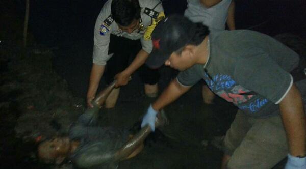 Korban meninggal saat menjala ikan di Tarumajaya tengah dievakuasi dari tengah sawah.[IST]