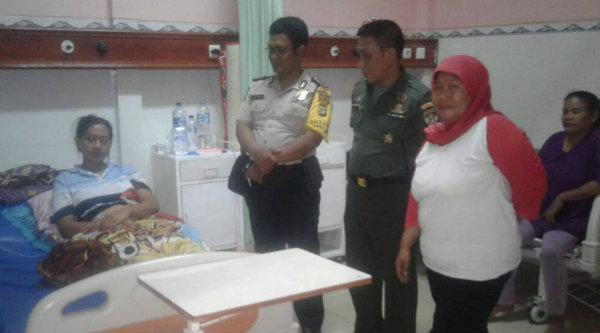 Tiga Pilar Desa Cibening saat membesuk warga binaan yang tengah dirawat di rumah sakit.[IST]