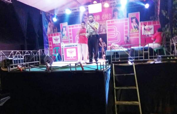 Personel Bhabinsakamtibmas Polsek Setu Bripka Nursalim bersama Pelda Tohap saat sosialisasi Kamtibmas jelang Ramadan di pesta pernikahan warga Kampung Serang, Jumat malam, 13 Mei 2017. [POSBEKASI.COM]