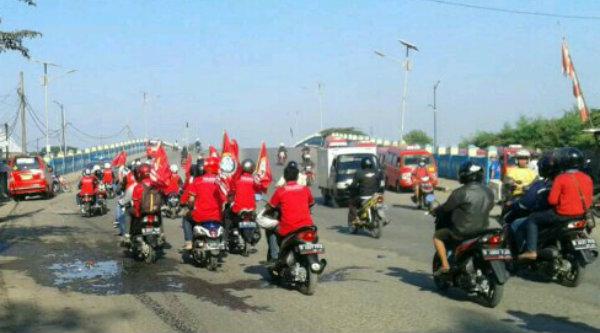 Para buruh konpoy saat merayakan May Day, Senin 1 Mei 2017.[YAN]