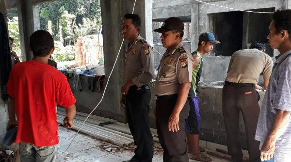 Kasi Humas Polsek Setu Aiptu Parjiman bersama anggota saat cek TKP dan meminta keterangan saksi atas pencurian sepeda motor milik warga Pekayon.[MIN]