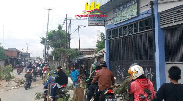 Sudah tiga bulan Jalan Karang Satria ambles belum juga diperbaiki mengakibatkan kemacetan.[DOK]