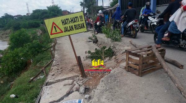 Jalan Karang Satria yang ambles belum diperbaiki.[DOK]