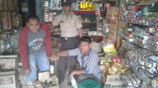 Anggota Polsek Setu berhasil menyita 12 botol miras di warung milik AS di Kampung Rawa Atug, Jumat 12 Mei 2017.[MIN]