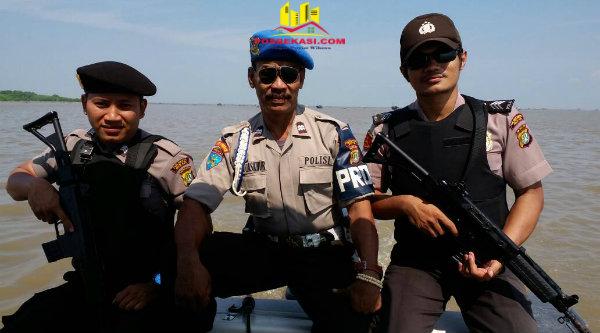 Patroli Air Polsek Muara Gembong saat melakukan operasi di perairan Laut Jawa.[SUB]