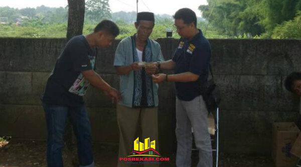 Seorang Pak Ogah yang ditangkap anggota Polsek Setu saat melakukan pungutan parkir liar, Selasa 16 Mei 2017.[MIN]