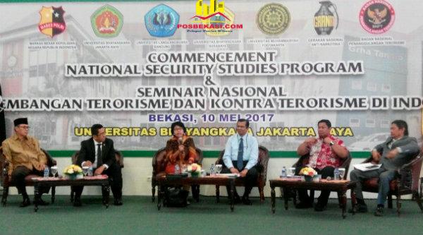Mantan Waka BIN As'ad Said Ali (kiri) pada seminar nasional Perkebangan Terorisme dan Kontra Terorisme di Indonesia, pada acara Commencement National Security Studies Program Angkatan II, di Kampus Universitas Bhayangkara Jakarta Jaya (Ubhara Jaya), Kota Bekasi, Rabu 10 Mei 2017.[YAN]