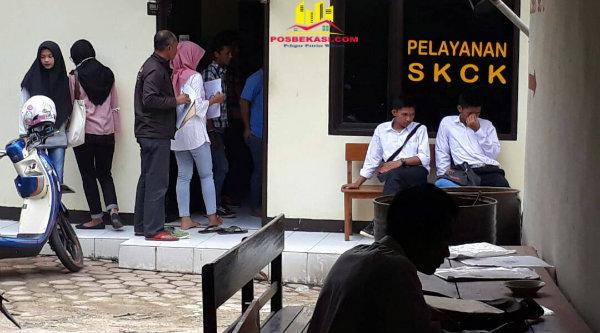Warga Kecamatan Setu saat mengurus SKCK di Polsek Setu, Senin 8 Mei 2017.[MIN]