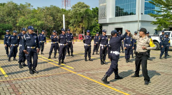 Tampak anggota Polsek Tarumjaya melatih puluhan security PJB Muara Tawar, Rabu 17 Mei 2017.[ZAI]