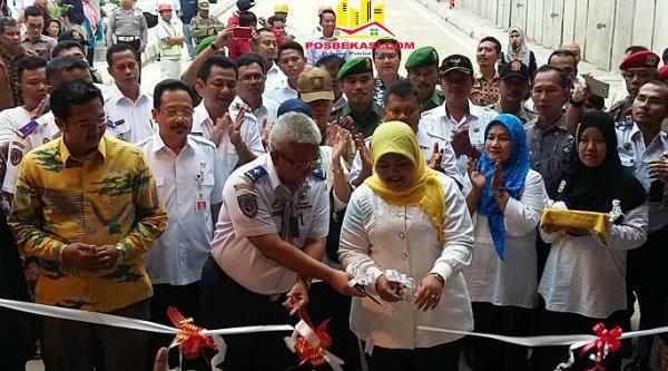 Bupati Bekasi, Neneng Hasanah Yasin dan Direktorat Jenderal Perkeretaapian Kementerian Perhubungan, Prasetyo Budi Cahyono, melakukan pengguntingan pada peresmian Underpass Tambun, Rabu 10 Mei 2017.[RIS]