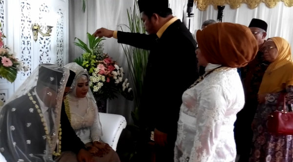 Kedua orangtua Sahara saat memberikan upah-upah adat Medan usai melangsungkan Akad Nikah, Kamis 4 Mei 2017.[RAD]