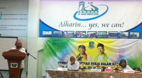 Walikota Bekasi, Rahmat Effendi, memberikan motivasi kerja pada pejabat struktural Esselon IV, di aula serba guna Yayasan Pendidikan Al Azhar Medan Satria, Rabu 3 Mei 2017.[IST]